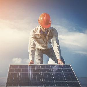 Elektriker installerar solceller
