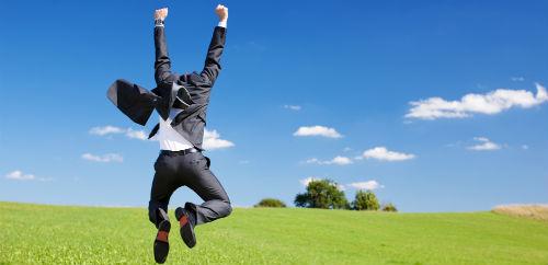 Man som hoppar i gräset